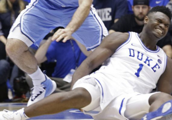 Zion Williamson's Nike shoe breaks in the first minute of the game.